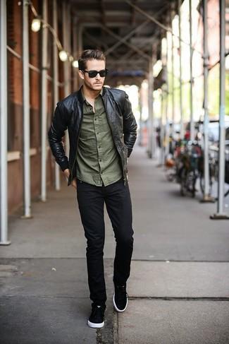 13e276c8db67 schwarze Leder Bomberjacke, olivgrünes Langarmhemd, schwarze Jeans, schwarze  und weiße niedrige Sneakers für Herren   Herrenmode