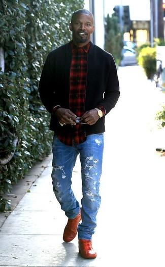 Wie kombinieren: schwarze Bomberjacke, rotes und schwarzes Langarmhemd mit Schottenmuster, blaue Jeans mit Destroyed-Effekten, rote hohe Sneakers aus Leder