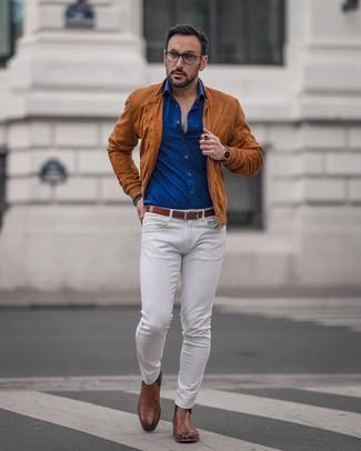 Wie kombinieren: rotbraune Wildleder Bomberjacke, blaues Langarmhemd, weiße Jeans, braune Chelsea-Stiefel aus Leder