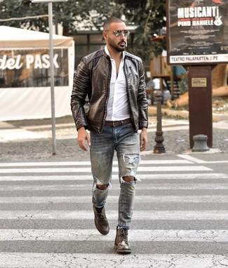 Wie kombinieren: dunkelbraune Leder Bomberjacke, weißes Langarmhemd, hellblaue Jeans mit Destroyed-Effekten, dunkelbraune Lederfreizeitstiefel