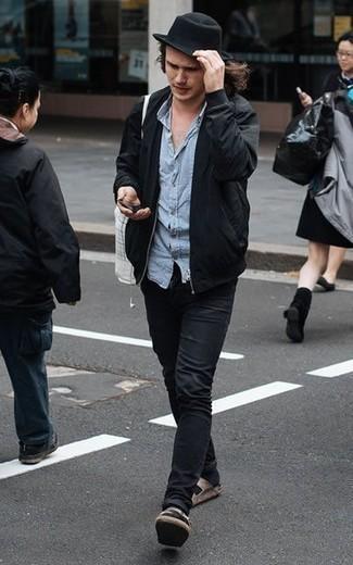 Schwarze Bomberjacke kombinieren: trends 2020: Entscheiden Sie sich für eine schwarze Bomberjacke und schwarzen Jeans für ein sonntägliches Mittagessen mit Freunden. Fühlen Sie sich mutig? Entscheiden Sie sich für braunen Wildledersandalen.
