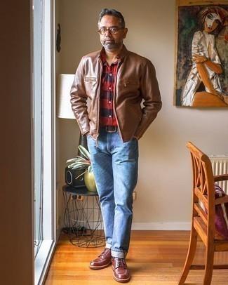 Dunkelrote Lederfreizeitstiefel kombinieren – 158 Herren Outfits: Entscheiden Sie sich für eine braune Leder Bomberjacke und hellblauen Jeans, um mühelos alles zu meistern, was auch immer der Tag bringen mag. Fühlen Sie sich mutig? Entscheiden Sie sich für eine dunkelrote Lederfreizeitstiefel.