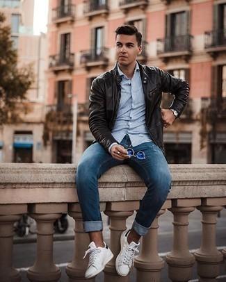 Hellblaues vertikal gestreiftes Langarmhemd kombinieren – 81 Casual Herren Outfits: Erwägen Sie das Tragen von einem hellblauen vertikal gestreiften Langarmhemd und blauen Jeans für einen bequemen Alltags-Look. Weiße und schwarze Leder niedrige Sneakers sind eine perfekte Wahl, um dieses Outfit zu vervollständigen.