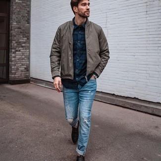 Silberne Uhr kombinieren – 500+ Frühling Herren Outfits: Für ein bequemes Couch-Outfit, vereinigen Sie eine graue Bomberjacke mit einer silbernen Uhr. Eine dunkelbraune Lederfreizeitstiefel sind eine einfache Möglichkeit, Ihren Look aufzuwerten. Sie suchen noch nach dem passenden Outfit für die Übergangszeit? Dann lassen Sie sich von diesem Outfit inspirieren.