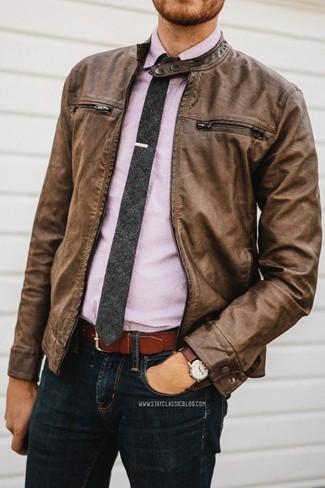 Vereinigen Sie eine Braune Leder Bomberjacke mit Schwarzen Jeans, um einen lockeren, aber dennoch stylischen Look zu erhalten.