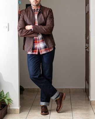 Mehrfarbige horizontal gestreifte Socken kombinieren – 24 Herren Outfits: Kombinieren Sie eine dunkelbraune Leder Bomberjacke mit mehrfarbigen horizontal gestreiften Socken für einen entspannten Wochenend-Look. Vervollständigen Sie Ihr Outfit mit dunkelbraunen Leder Brogues, um Ihr Modebewusstsein zu zeigen.
