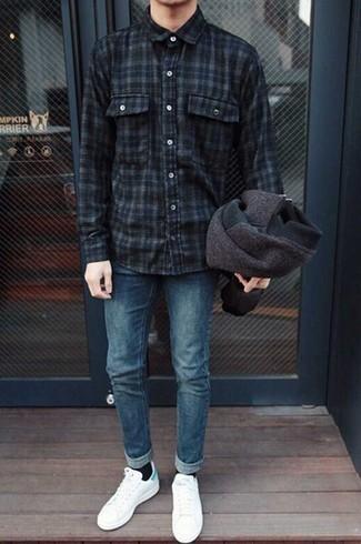Dunkelbraune Wollbomberjacke kombinieren – 7 Herren Outfits: Kombinieren Sie eine dunkelbraune Wollbomberjacke mit blauen Jeans für einen bequemen Alltags-Look. Ergänzen Sie Ihr Look mit weißen und grünen Leder niedrigen Sneakers.