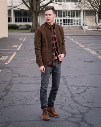 Mehrfarbiges Flanell Langarmhemd kombinieren – 33 Herren Outfits: Entscheiden Sie sich für ein mehrfarbiges Flanell Langarmhemd und dunkelgrauen Jeans für einen bequemen Alltags-Look. Fühlen Sie sich mutig? Ergänzen Sie Ihr Outfit mit einer braunen Wildlederfreizeitstiefeln.