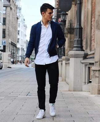Weiße und grüne Leder niedrige Sneakers kombinieren – 108 Herren Outfits: Kombinieren Sie eine dunkelblaue Bomberjacke mit schwarzen Jeans für ein bequemes Outfit, das außerdem gut zusammen passt. Dieses Outfit passt hervorragend zusammen mit weißen und grünen Leder niedrigen Sneakers.