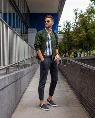 Wie kombinieren: dunkelgrüne Bomberjacke, weißes und dunkelblaues vertikal gestreiftes Langarmhemd, dunkelblaue Jogginghose, dunkelblaue Slip-On Sneakers aus Segeltuch