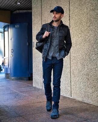 Wie kombinieren: schwarze gesteppte Bomberjacke, graues Flanell Langarmhemd, schwarzes und weißes horizontal gestreiftes Langarmshirt, dunkelblaue Jeans