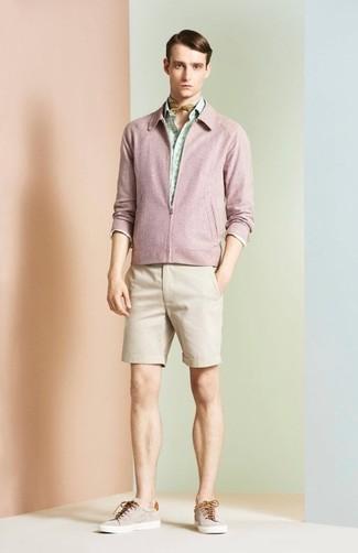 Olivgrünen Bandana kombinieren: trends 2020: Eine rosa Bomberjacke und ein olivgrüner Bandana sind eine kluge Outfit-Formel für Ihre Sammlung. Fühlen Sie sich ideenreich? Vervollständigen Sie Ihr Outfit mit hellbeige niedrigen Sneakers.
