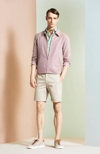 Wie kombinieren: rosa Bomberjacke, mintgrünes bedrucktes Langarmhemd, hellbeige Shorts, hellbeige niedrige Sneakers