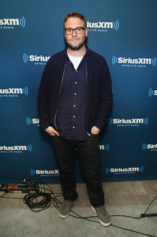 Wie kombinieren: dunkelblaue Bomberjacke, dunkelblaues Langarmhemd, weißes T-Shirt mit einem Rundhalsausschnitt, schwarze Jeans