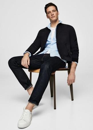 Weiße Leder niedrige Sneakers kombinieren: trends 2020: Tragen Sie eine schwarze Wildleder Bomberjacke und schwarzen Jeans, um einen lockeren, aber dennoch stylischen Look zu erhalten. Weiße Leder niedrige Sneakers fügen sich nahtlos in einer Vielzahl von Outfits ein.
