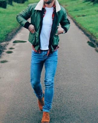 Wie kombinieren: grüne Bomberjacke, rotes Langarmhemd mit Schottenmuster, hellblaues T-Shirt mit einem Rundhalsausschnitt, blaue enge Jeans