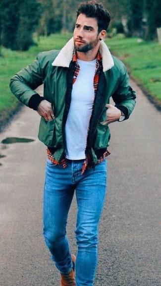 Wie kombinieren: grüne Bomberjacke, rotes Langarmhemd mit Schottenmuster, weißes T-Shirt mit einem Rundhalsausschnitt, blaue Jeans