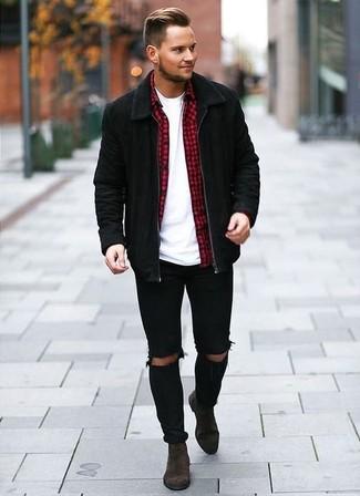 Wie kombinieren: schwarze Wildleder Bomberjacke, rotes Langarmhemd mit Vichy-Muster, weißes T-Shirt mit einem Rundhalsausschnitt, schwarze enge Jeans mit Destroyed-Effekten