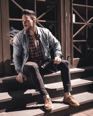 Wie kombinieren: hellblaue Jeans Bomberjacke, rotes und schwarzes Langarmhemd mit Schottenmuster, weißes T-Shirt mit einem Rundhalsausschnitt, schwarze enge Jeans