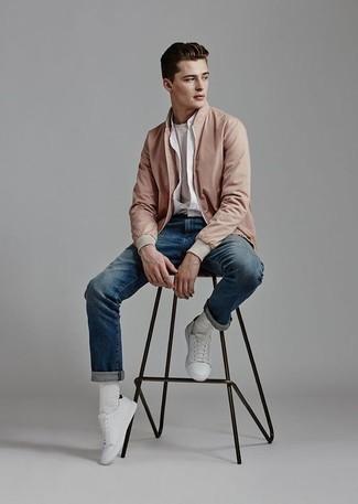 Weiße Leder niedrige Sneakers kombinieren für Herbst: trends 2020: Kombinieren Sie eine rosa Bomberjacke mit blauen Jeans für ein bequemes Outfit, das außerdem gut zusammen passt. Weiße Leder niedrige Sneakers sind eine großartige Wahl, um dieses Outfit zu vervollständigen. Schon haben wir ein schönes Outfit im Herbst.
