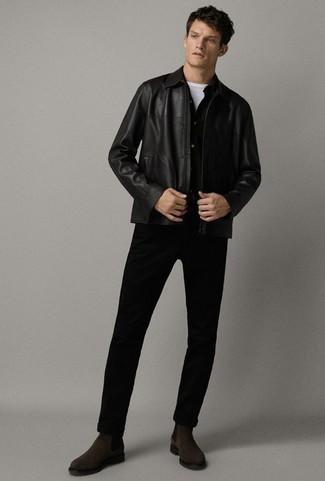 Schwarze Leder Bomberjacke kombinieren: trends 2020: Kombinieren Sie eine schwarze Leder Bomberjacke mit einer schwarzen Chinohose für ein sonntägliches Mittagessen mit Freunden. Fühlen Sie sich mutig? Vervollständigen Sie Ihr Outfit mit dunkelbraunen Chelsea Boots aus Wildleder.