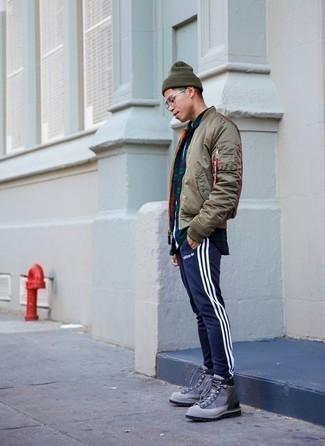 Dunkelblaues und grünes Langarmhemd mit Schottenmuster kombinieren – 48 Herren Outfits kühl Wetter: Für ein bequemes Couch-Outfit, entscheiden Sie sich für ein dunkelblaues und grünes Langarmhemd mit Schottenmuster und eine dunkelblaue vertikal gestreifte Jogginghose. Machen Sie Ihr Outfit mit einer grauen Segeltuchfreizeitstiefeln eleganter.