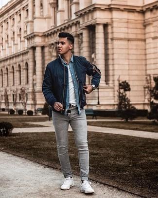 Dunkelbraune Socken kombinieren – 280 Herren Outfits: Kombinieren Sie eine dunkelblaue Bomberjacke mit dunkelbraunen Socken für einen entspannten Wochenend-Look. Fühlen Sie sich mutig? Komplettieren Sie Ihr Outfit mit weißen Segeltuch niedrigen Sneakers.