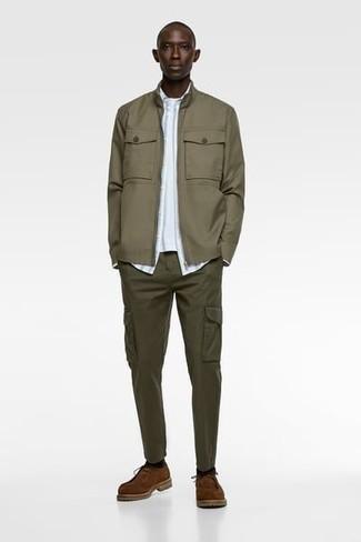 Olivgrüne Cargohose kombinieren – 293 Herren Outfits: Entscheiden Sie sich für eine olivgrüne Bomberjacke und eine olivgrüne Cargohose, um mühelos alles zu meistern, was auch immer der Tag bringen mag. Fühlen Sie sich ideenreich? Entscheiden Sie sich für braunen Chukka-Stiefel aus Wildleder.
