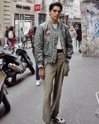 Dunkelbraunen Segeltuchgürtel kombinieren – 48 Herren Outfits: Entscheiden Sie sich für eine mintgrüne bestickte Bomberjacke und einen dunkelbraunen Segeltuchgürtel für einen entspannten Wochenend-Look. Fügen Sie schwarzen und weißen Segeltuch niedrige Sneakers für ein unmittelbares Style-Upgrade zu Ihrem Look hinzu.