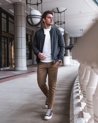 Braune Lederuhr kombinieren – 500+ Herren Outfits: Eine dunkelgraue vertikal gestreifte Bomberjacke und eine braune Lederuhr sind eine ideale Outfit-Formel für Ihre Sammlung. Schwarze bedruckte Segeltuch niedrige Sneakers putzen umgehend selbst den bequemsten Look heraus.