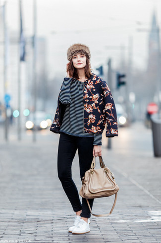 Wie kombinieren: dunkelblaue Bomberjacke mit Blumenmuster, schwarzes und weißes horizontal gestreiftes Langarmshirt, schwarze enge Jeans, weiße niedrige Sneakers