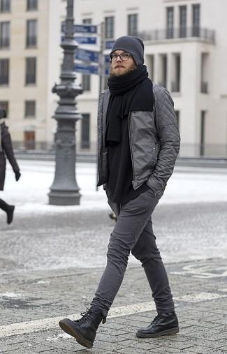 Wie kombinieren: graue gesteppte Bomberjacke, schwarzes Langarmshirt, dunkelgraue enge Jeans, schwarze Lederfreizeitstiefel