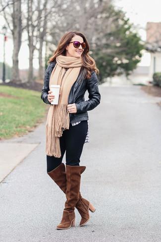 Wie kombinieren: schwarze Leder Bomberjacke, weißes und schwarzes horizontal gestreiftes Langarmshirt, schwarze enge Jeans, braune Overknee Stiefel aus Wildleder