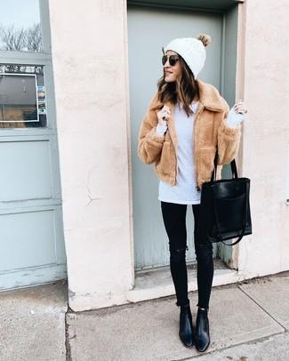 Wie kombinieren: beige Fleece-Bomberjacke, weißes Langarmshirt, schwarze enge Jeans mit Destroyed-Effekten, schwarze Leder Stiefeletten