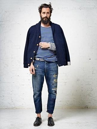 Wie kombinieren: dunkelblaue Bomberjacke, weißes und dunkelblaues horizontal gestreiftes Langarmshirt, dunkelblaue Jeans mit Destroyed-Effekten, schwarze Leder Oxford Schuhe