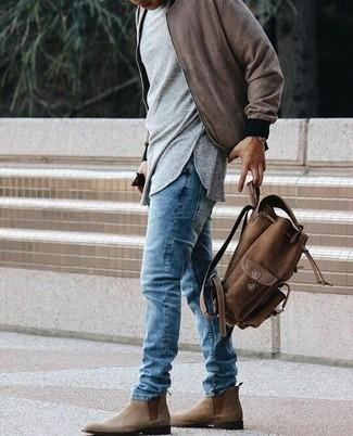 Wie kombinieren: braune Bomberjacke, graues Langarmshirt, blaue Jeans, braune Chelsea-Stiefel aus Wildleder