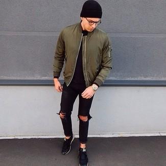 Wie kombinieren: olivgrüne Bomberjacke, schwarzes Langarmshirt, schwarze Jeans mit Destroyed-Effekten, schwarze niedrige Sneakers