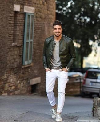 Herren Outfits 2020: Entscheiden Sie sich für Komfort in einer dunkelgrünen Leder Bomberjacke und weißen Jeans mit Destroyed-Effekten.