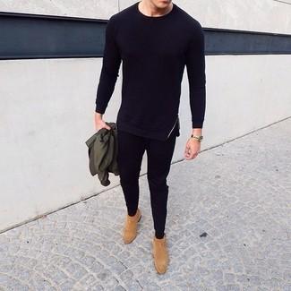 Wie kombinieren: olivgrüne Bomberjacke, schwarzes Langarmshirt, schwarze Jogginghose, beige Chelsea-Stiefel aus Wildleder