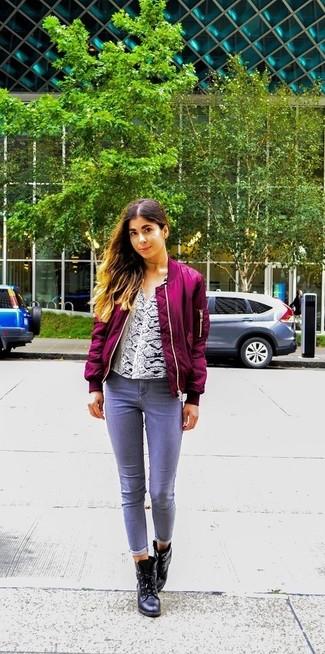 Wie kombinieren: lila Bomberjacke, weiße Langarmbluse mit Schlangenmuster, graue Jeans, schwarze Leder Stiefeletten