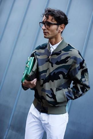 Grüne Leder Clutch Handtasche kombinieren: trends 2020: Kombinieren Sie eine olivgrüne Camouflage Bomberjacke mit einer grünen Leder Clutch Handtasche für einen entspannten Wochenend-Look.