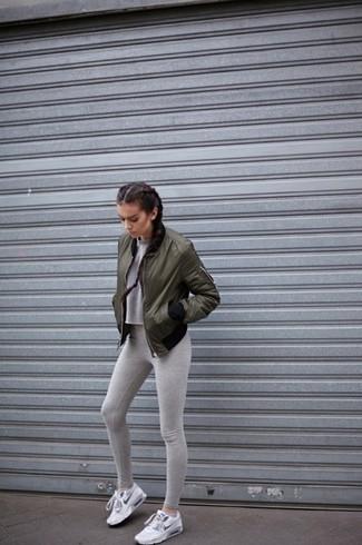 Weiße Sportschuhe kombinieren – 122 Damen Outfits: Tragen Sie eine olivgrüne Bomberjacke zu grauen Leggings, um ein legeres Outfit zu schaffen. Suchen Sie nach leichtem Schuhwerk? Ergänzen Sie Ihr Outfit mit weißen Sportschuhen für den Tag.