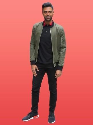 Wie kombinieren: olivgrüne Bomberjacke, schwarzes Polohemd, schwarze Jeans, schwarze Sportschuhe