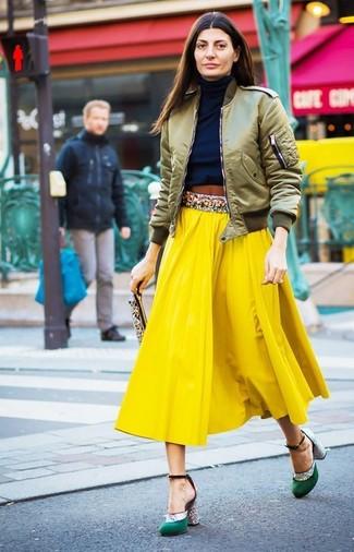 Olivgrüne Bomberjacke kombinieren – 60 Damen Outfits: Eine olivgrüne Bomberjacke und ein gelber Midirock mit Falten sind absolut Freizeit-Basics und können mit einer Vielzahl von Kleidungsstücken kombiniert werden, um ein interessantes, entspanntes Outfit zu erreichen. Vervollständigen Sie Ihr Look mit grünen Satin Pumps.