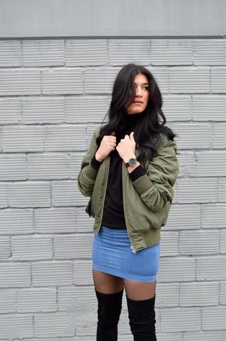 Wie kombinieren: olivgrüne Bomberjacke, schwarzer Rollkragenpullover, blauer Jeans Minirock, schwarze Strumpfhose