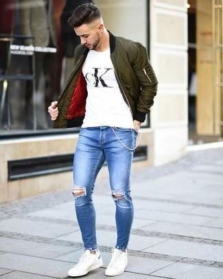 Weißes und schwarzes bedrucktes T-Shirt mit einem Rundhalsausschnitt kombinieren: trends 2020: Entscheiden Sie sich für ein weißes und schwarzes bedrucktes T-Shirt mit einem Rundhalsausschnitt und blauen Jeans mit Destroyed-Effekten für einen entspannten Wochenend-Look. Fühlen Sie sich mutig? Wählen Sie weißen Leder niedrige Sneakers.