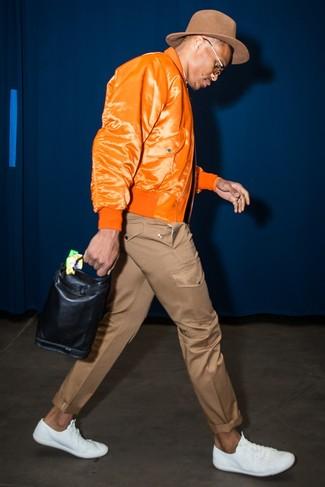 Wie kombinieren: orange Bomberjacke, braune Chinohose, weiße Leder niedrige Sneakers, brauner Wollhut