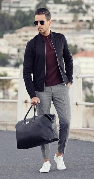 Wie kombinieren: schwarze Bomberjacke, dunkelrotes Polohemd, graue Wollanzughose, weiße niedrige Sneakers