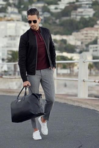 Wie kombinieren: schwarze Bomberjacke, dunkelrotes Polohemd, graue Wollanzughose, weiße Segeltuch niedrige Sneakers