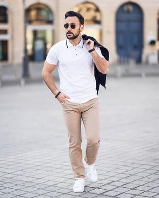 Wie kombinieren: schwarze Bomberjacke, weißes Polohemd, hellbeige gepunktete Chinohose, weiße Leder niedrige Sneakers